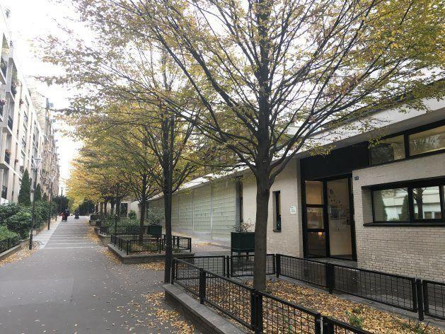 取材したのはパリ13区にある市立保育園。1、2階部分が保育園で、その上階はマンションになっている。最寄りの地下鉄駅からは7分ほどの立地、入口前の道路は車両通行のない歩道になっている。