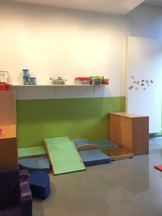1-2歳クラスは、立体的な大型遊具が多い。この年齢は「よじ登る」「飛び降りる」など、自分の体で何ができるか、を試すことが発達の核にあるという。「1日中そうして過ごしてもいいくらい」と園長。小型のおもちゃは少ない。