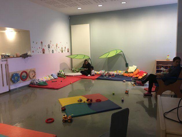 0-1歳クラス。遊具はほとんどなく、ガランとした空間にクッションや座椅子が置かれている。この年齢はほとんどを寝るか這うかで過ごすため、その動きを阻害しない作りになっている。