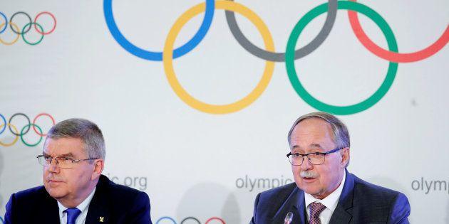 ロシアの組織的ドーピング行為の調査を担当したサミュエル・シュミット調査委員長(右)と、IOCのトーマス・バッハ会長