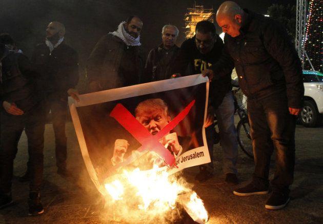 ベツレヘムの広場でトランプ氏に抗議するパレスチナ人 (Photo credit should read MUSA AL SHAER/AFP/Getty