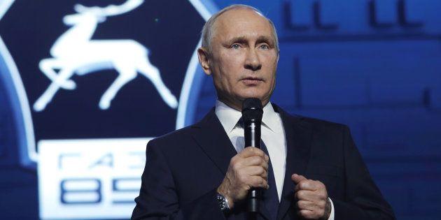 自動車工場で働く労働者の前で演説するロシアのプーチン大統領。この中で大統領選への立候補を表明した=2017年12月6日、ニジニノブゴロド