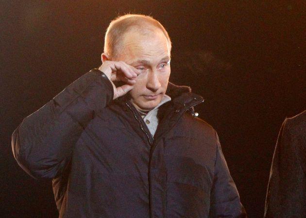 大統領選の勝利宣言で、涙をぬぐうプーチン氏=2012年3月