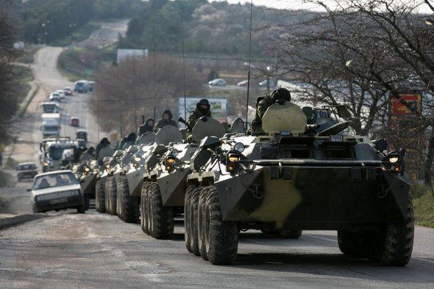 一般道を走行するロシア軍とみられる部隊=2014年3月10日、クリミア半島のセバストポリ近く