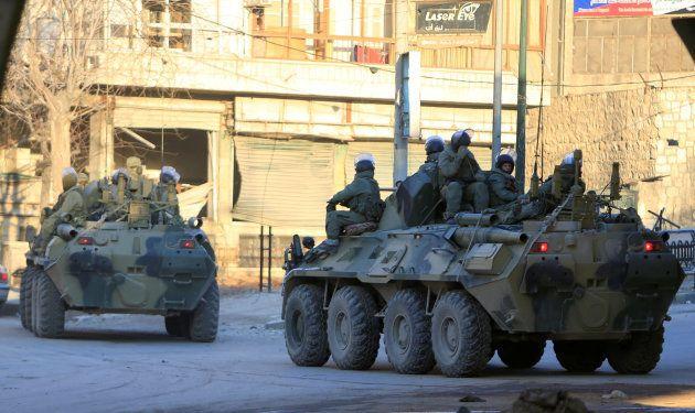 パトロールするロシア軍の装甲車=2017年2月、シリア・アレッポ