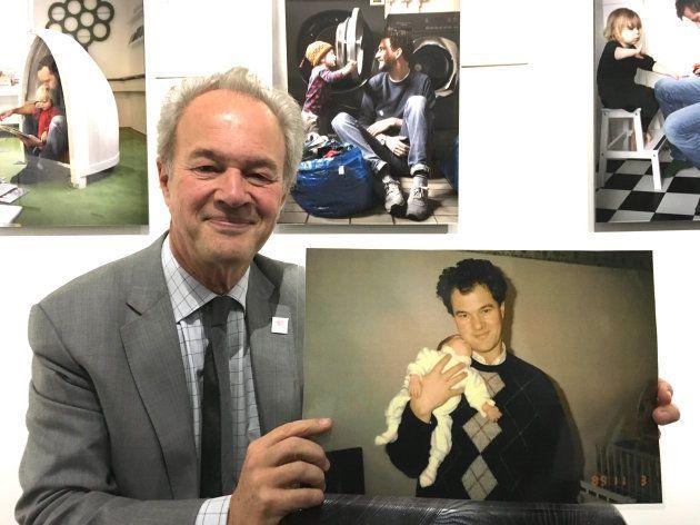 育児中の写真を掲げるスウェーデンのローバック大使