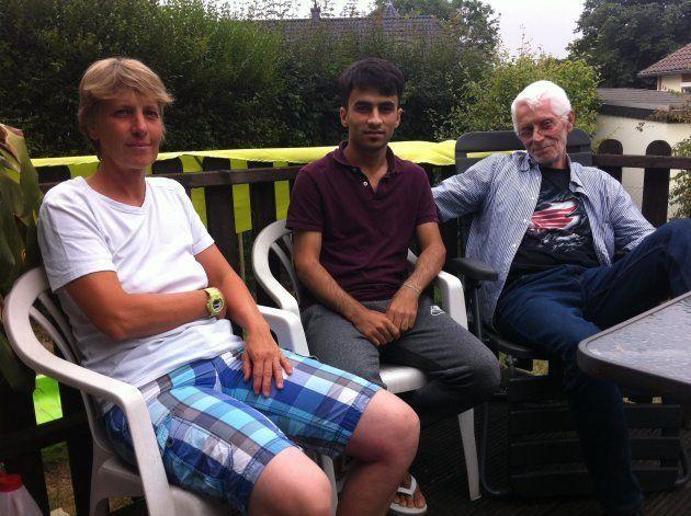 (左)ルート・ゲッペルスさんと(右)クノ・ブリオラさん(中央)アフガニスタン出身の里子