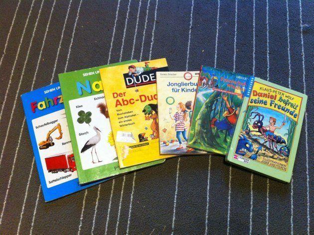 小学1年生用の教科書で、読み書きを学ぶ。