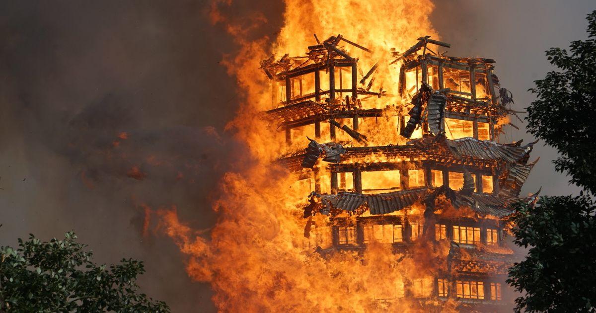 高さ80メートル。「アジア最大の木の仏塔」が炎に包まれる(画像・動画 ...