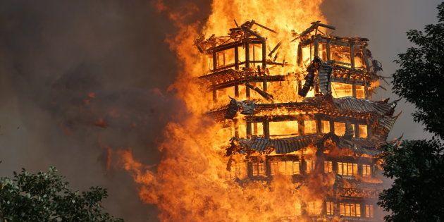 炎上する「霊官楼」