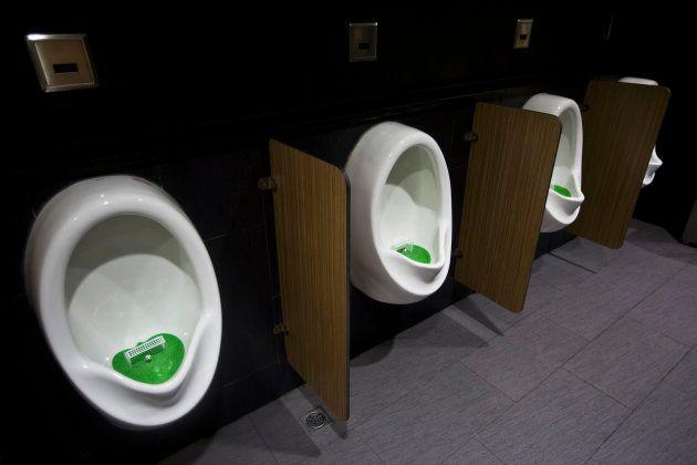 何人かの親は、男子トイレの個室でない小便器について心配している。