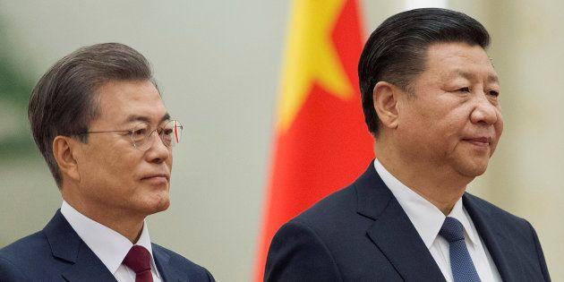 中国の習近平国家主席(右)と並ぶ文在寅・韓国大統領=北京