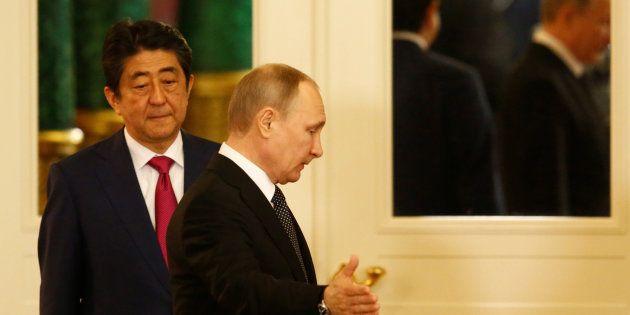 安倍・プーチン「密室会談」のサプライズは「2島」攻防か--名越健郎