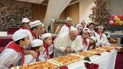 ローマ法王は、ケーキより好きなものがある。長さ4メートルの特大ピザで誕生日を祝う。