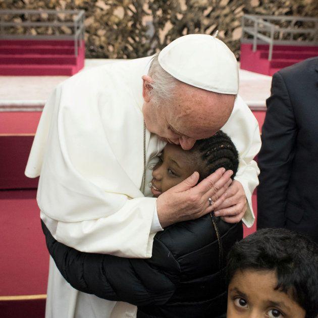 誕生日パーティーで子どもを抱きしめるローマ法王