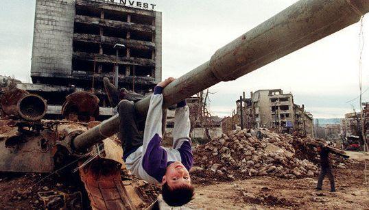 戦場で遊ぶ子供たちを見ていると、生きることへの強い感情があふれ出てくる(画像集)
