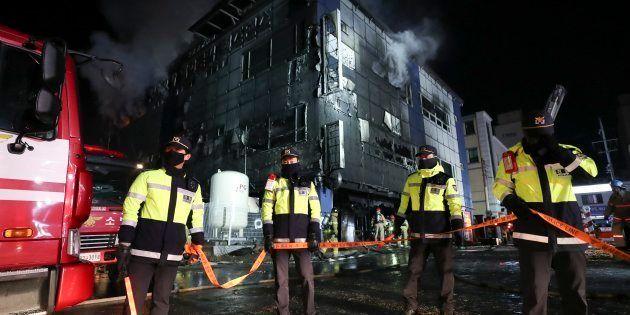韓国中部・堤川の商業ビル火災現場。