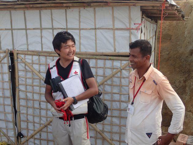 避難民スタッフのゴニさん(右)