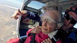 100歳のハイパーおばあちゃん、誕生日のお祝いはスカイダイビングとサメとの水中ダイビング(動画)