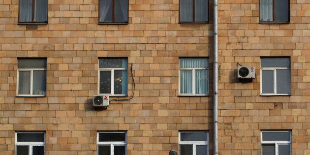 シーツで作った「ロープ」で10階から降りようとして転落死 自宅に閉じ込められていたロシア人男性の悲劇