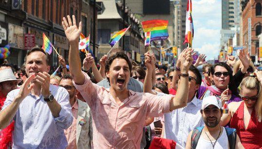 トルドー首相、カナダ最大のLGBTパレードでみんなと笑顔(動画・画像)