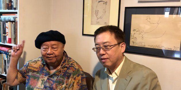 ショニル・ホセ氏(左)と柴田直治 ホセ氏の経営するマニラの書店Solidaridadで撮影。