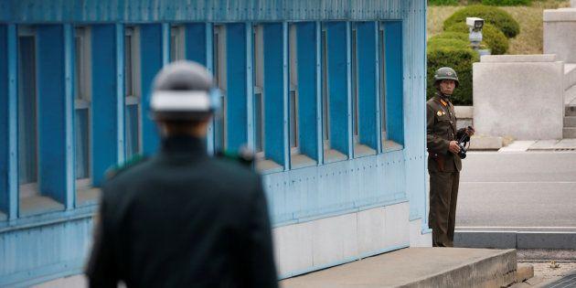 軍事境界線がある板門店の施設付近で、互いを監視し合う北朝鮮兵士(奥)と韓国軍兵士