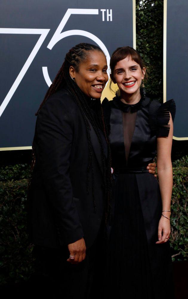 黒いドレスでポーズを決めるエマ・ワトソン(右)