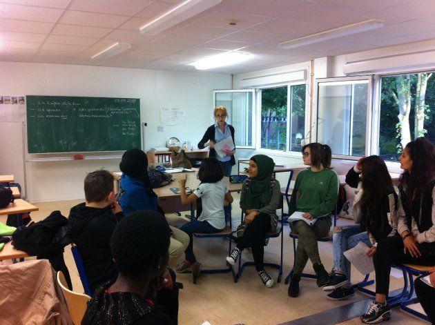 輪になって会話のレッスン。国際学級の中には、母国で読み書きを習わなかった生徒もいる。