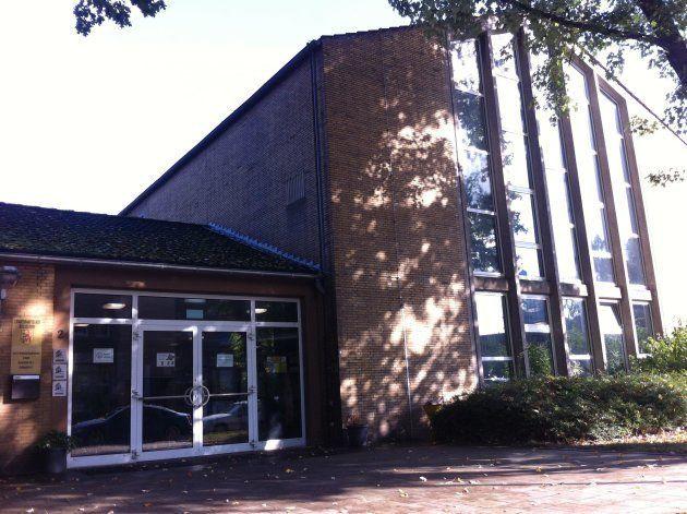 ベンラート基幹学校の校舎。老朽化が進み、来年には新築工事が始まる。