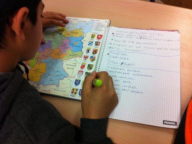地理の授業。ドイツ16州の名称を書いて覚える。