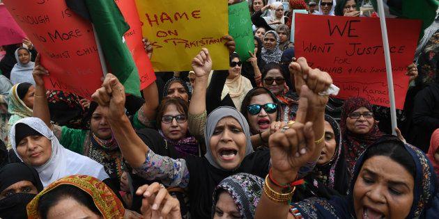 シンド州カラチで抗議デモをする女性たち。