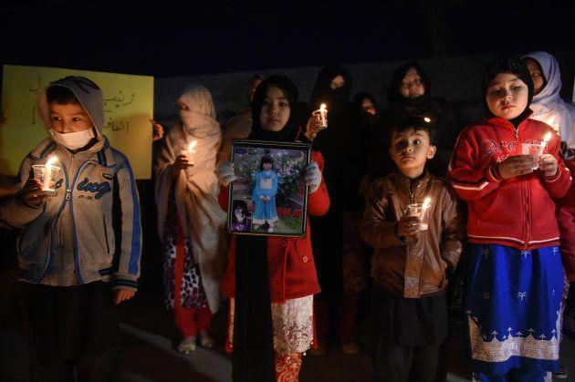 クエッタで行われた7歳少女の追悼集会に参加した子供たち。 (Photo credit should read BANARAS KHAN/AFP/Getty