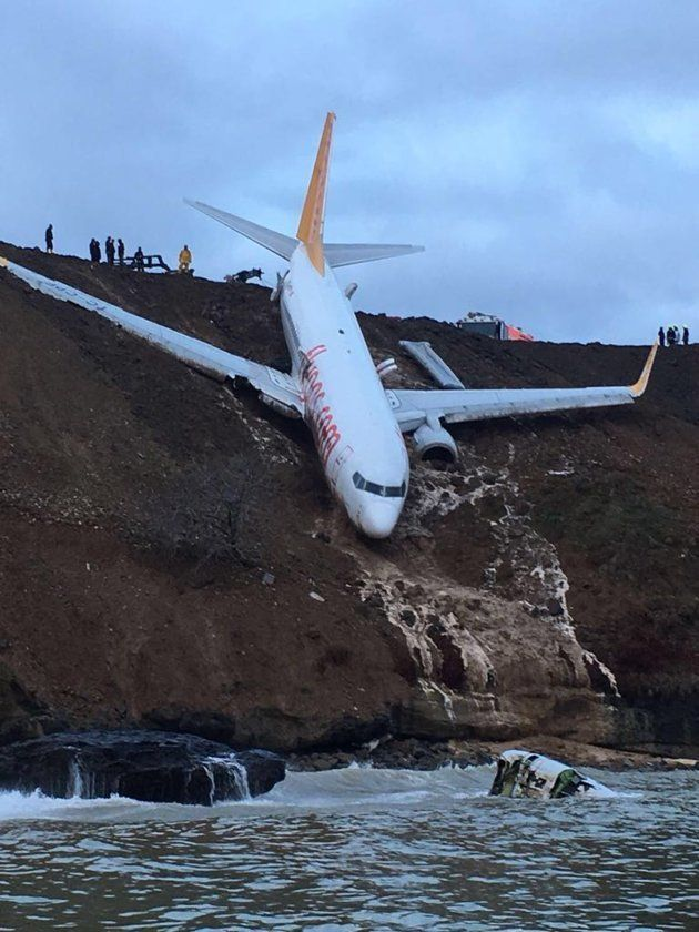 左側のエンジンは機体から外れ、海中に転落した