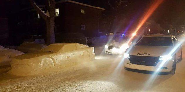 路肩に停まった車…実は雪像でした。警察官のユーモアあふれる対応にみんなが大喜び