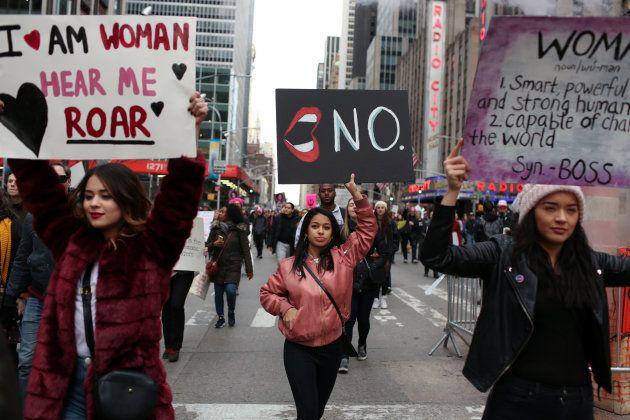 ニューヨークでデモに参加した女性