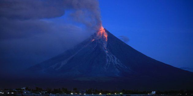 世界の中でも特に活動が活発なマヨン山 / AFP PHOTO / CHARISM SAYAT (Photo credit should read CHARISM SAYAT/AFP/Getty