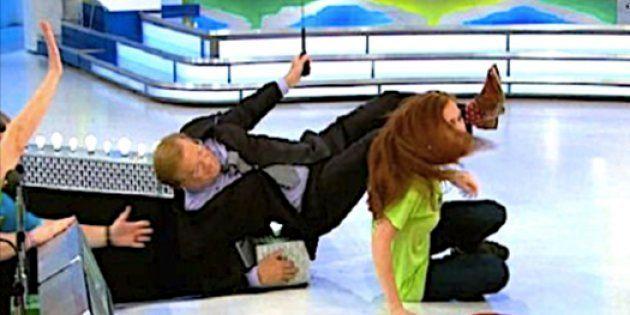 クイズ番組の司会者、興奮した参加者に抱きつかれてステージから転落しそうになる