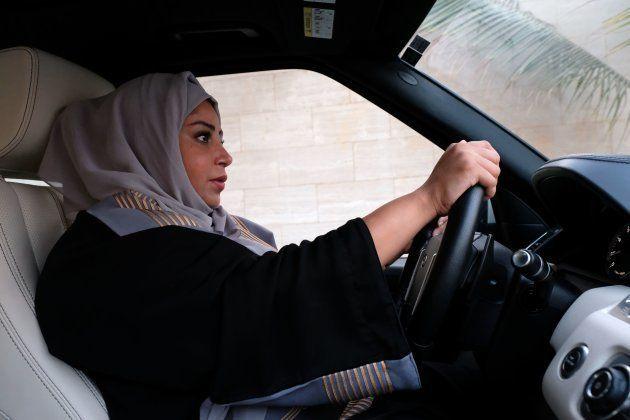 解禁を受けて乗用車を運転するサウジアラビアの女性=2017年9月、サウジアラビア西部のジッダ