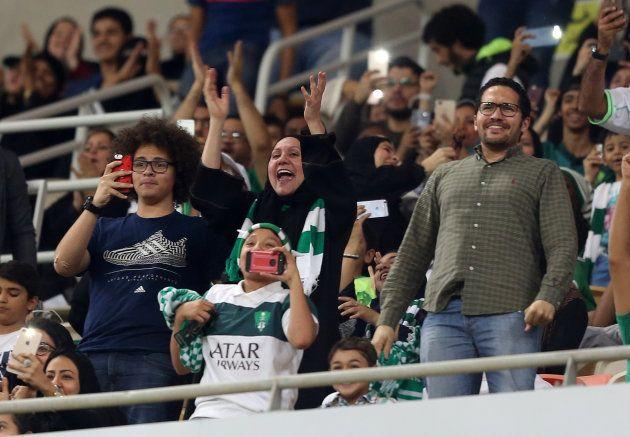 競技場でサッカーを観戦するサウジアラビアの女性ら。サウジアラビアではこれまで女性が競技場で観戦することは禁止されていた=2018年1月12日、ジッダ