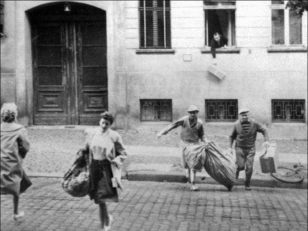 市が二分化される前に東ベルリンの自宅から西側に逃亡する市民(ドイツ・ベルリン)撮影日:1961年08月01日