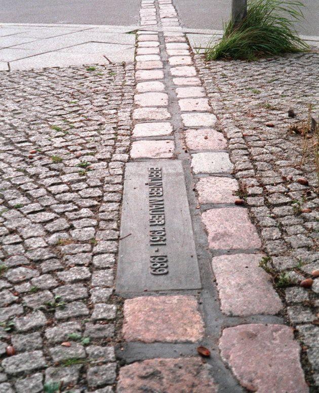 ベルリンの壁跡を示す石とプレート(ドイツ・ベルリン) 撮影日:1999年10月21日