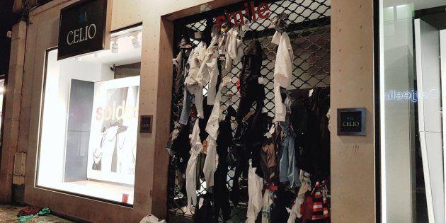 フランスの有名アパレル店の店先にズタズタの服が。なぜ?