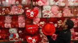「『愛』を語りながら『わいせつ性』を広げている」パキスタン、公での販売や催しを禁止。だけど...