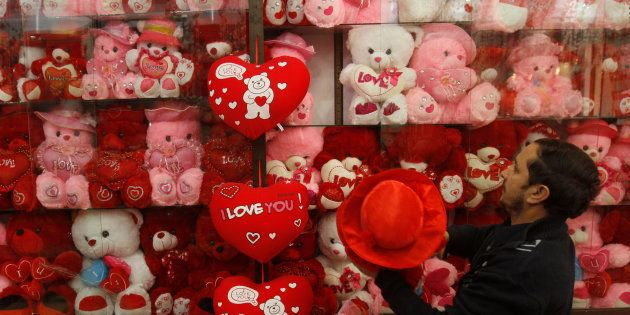 パキスタン北西部ペシャワルで7日、バレンタインデーを前に店頭に土産物を並べる店員=ロイター