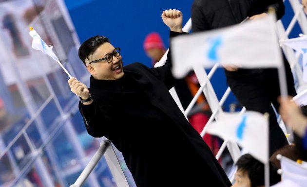 金正恩のコスプレマン、北朝鮮応援団の前に現れる。団員は困惑