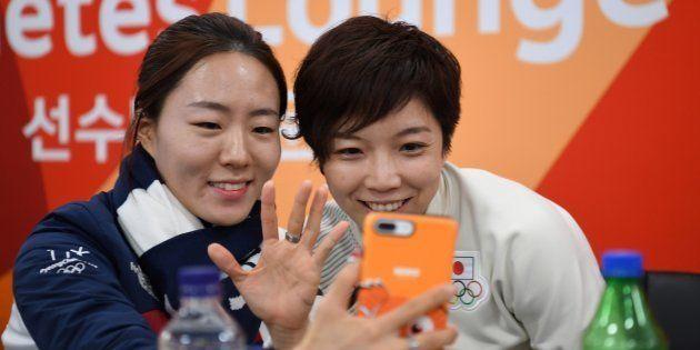 小平奈緒(右)、李相花(左)。平昌メダルプラザで開かれた授賞式のバックステージ。2018年2月20日、平昌。
