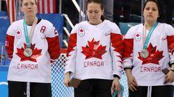 こんなメダルは、いらない。カナダのアイスホッケー選手は、表彰台で銀メダルを外した