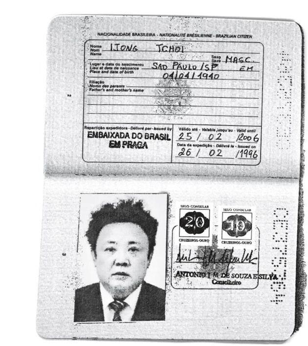 故・金正日氏に発行されたブラジルのパスポート。ロイターがコピーを入手。Handout via