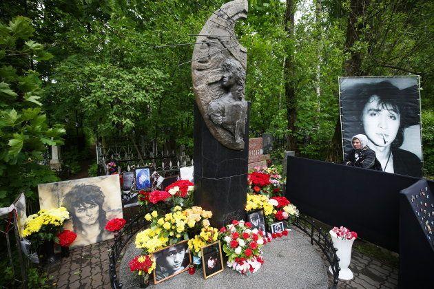 ロシア第2の都市サンクトペテルブルクにあるビクトル・ツォイの墓。ツォイの生誕55年を祝うため、ファンらが花束などを供えた=2017年6月21日